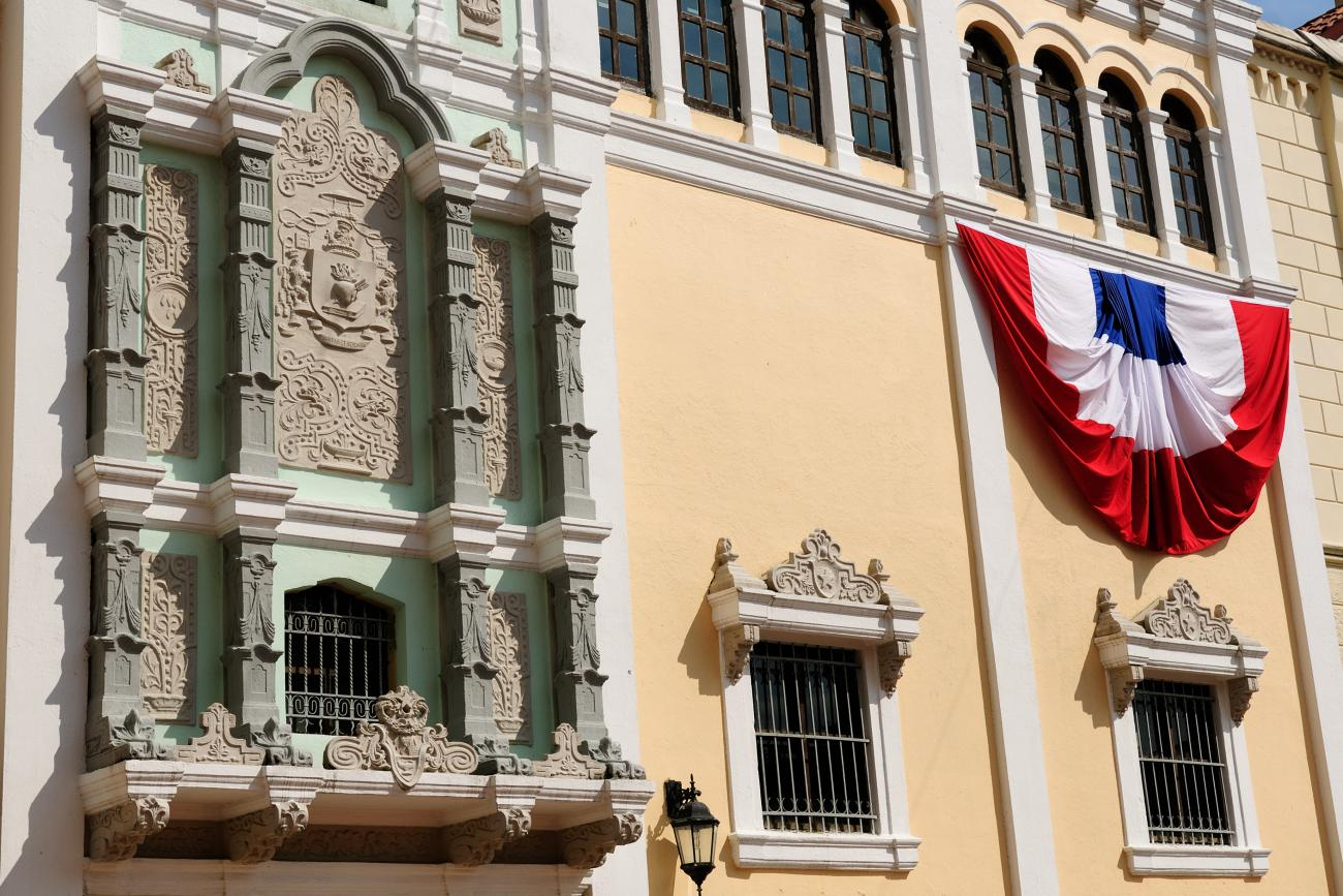 An image of a building with the Panamanian flag hanging on the wall is shown.
